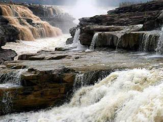 黄河壶口瀑布现半清半浊景观