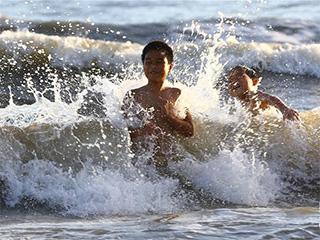 高温天 戏水漂流享清凉
