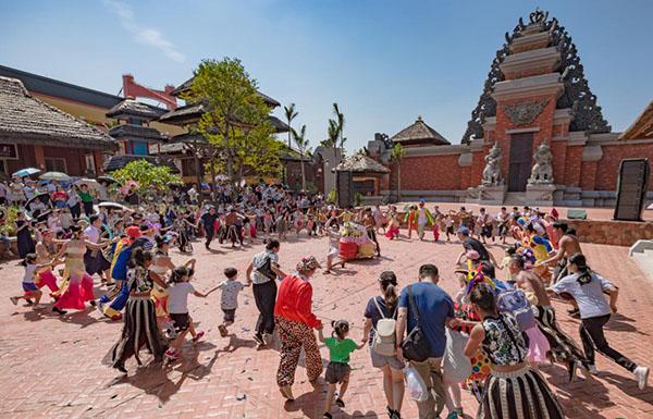 数百名大学生以及青岛市民,游客共同参与,为祖国华诞送上美好祝福.
