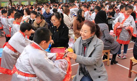 """甘肃兰州:600余名小学生""""成童礼""""中感恩立志"""