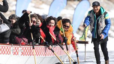 新疆天池:冰上赛龙舟
