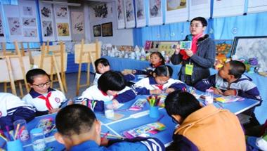 """兰州:""""流动少年宫""""成农村孩子与外界交流的有效平台"""