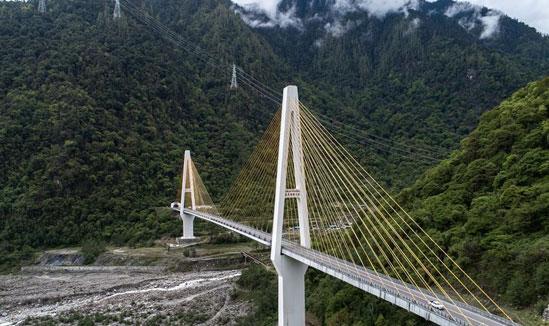 """西藏通麦:""""四隧两桥""""让天险成通途"""