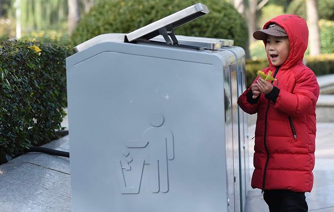 4大类标志垃圾箱亮相北京金融街 垃圾分类新标准将实施