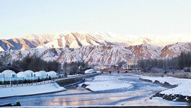 祁连山下小城雪后成冰雪世界