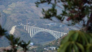 大瑞铁路怒江特大桥主体即将建成