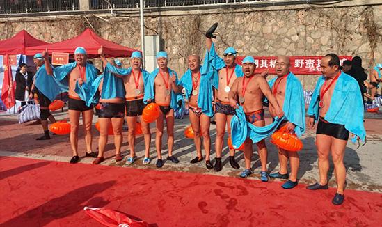 300余名冬泳爱好者聚首兰州 黄河争渡展新姿