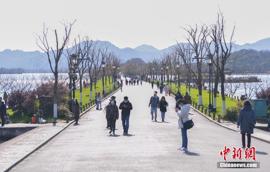 杭州春日晴好 民众西湖游玩