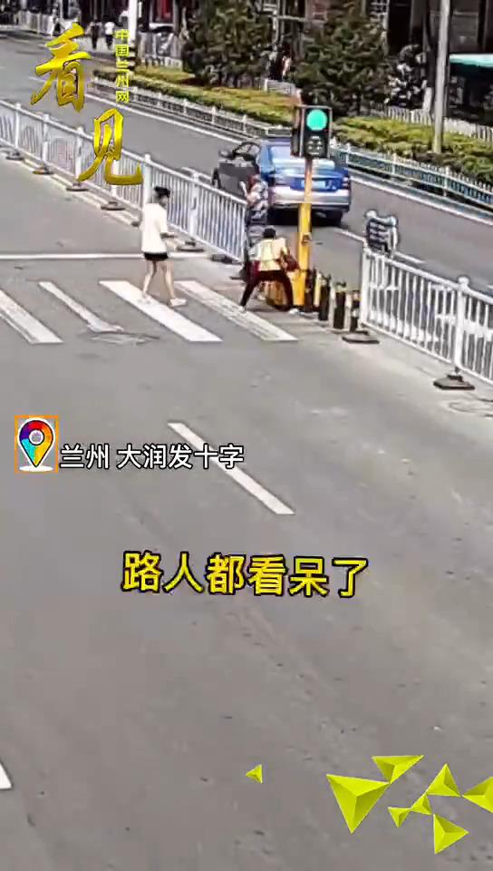 看见|兰州三女子擅自挪动移动式信号灯,引发短暂交通拥堵