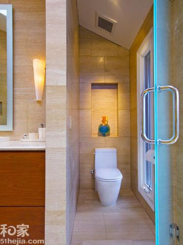 放置马桶,一旁墙面上还有窗户带来光线以及透气作用