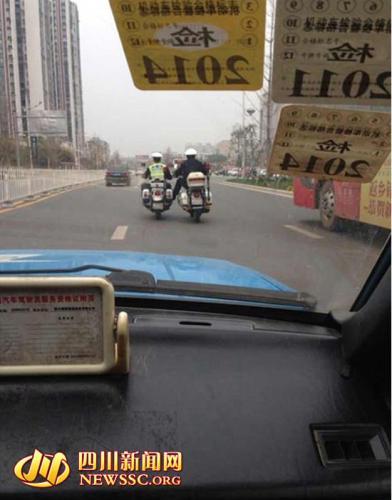 资阳/中国兰州网3月28日消息3月26日,《如此交警,如此文明驾驶?