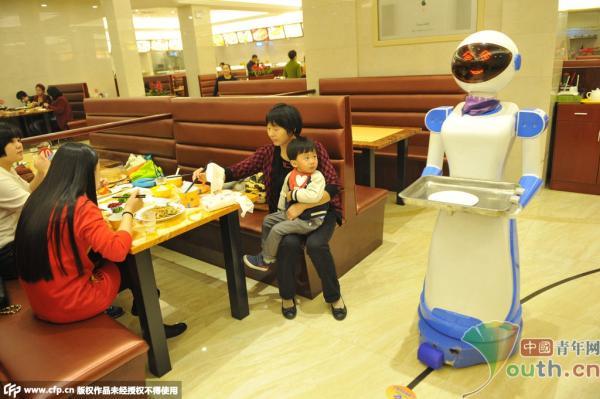 浙江宁波一餐厅现机器人送餐服务