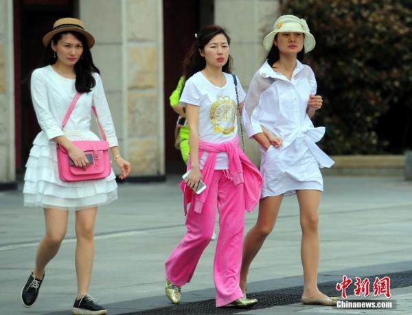 武汉现初夏天气美女清凉出行 清凉 中国兰州网