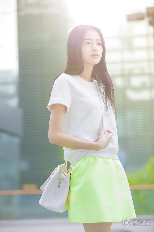 孙怡少女系写真曝光 白衣配绿裙清新可爱