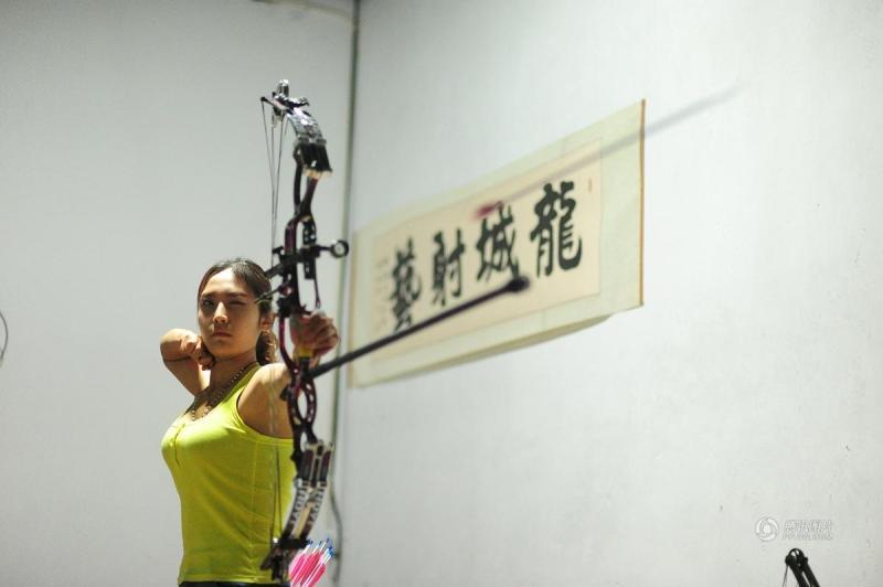 【中国人的一天】90后健美射箭美女-射箭-长寿教练中国图片