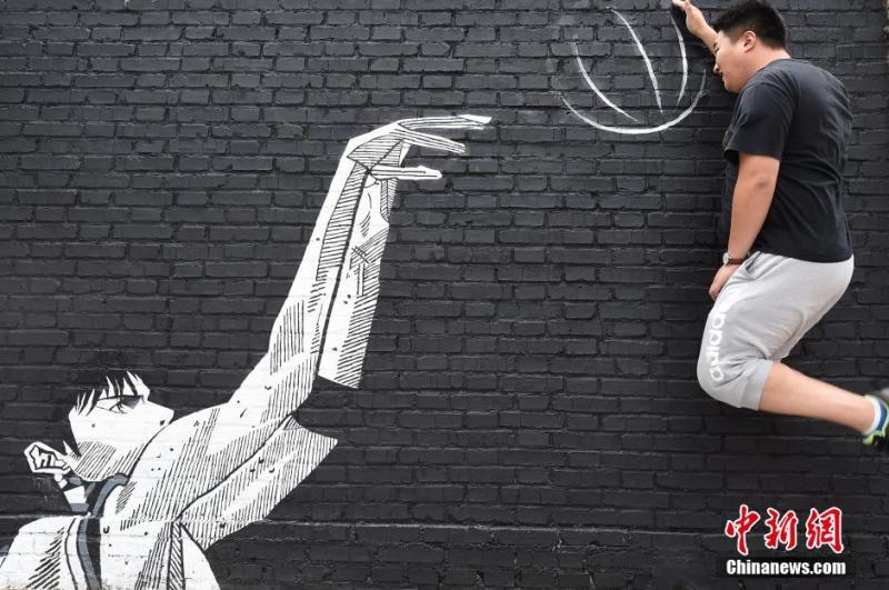 青年与涂鸦创意合影.