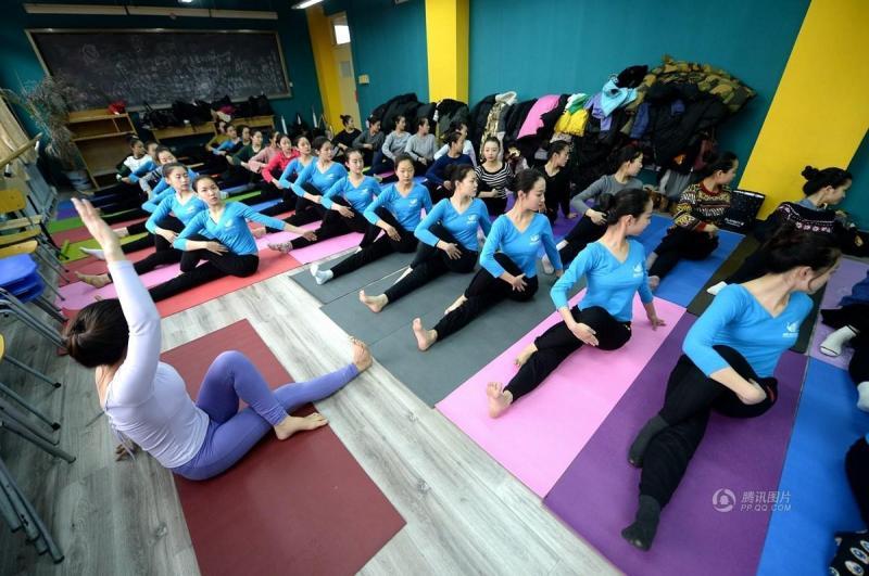 藝考生集體練習瑜伽.圖片