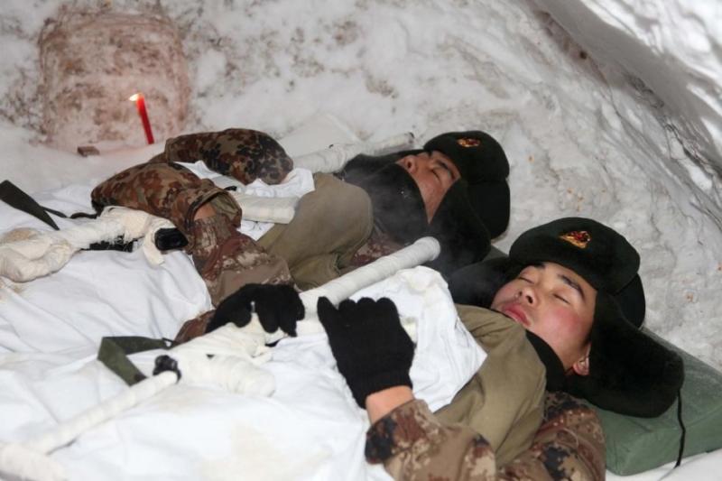 睡是最可爱的人:解放军边防武警战隙小憩剪影
